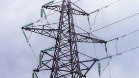 Elektrosteunen en machtslijnen De energieindustrie Productie en vervoer van elektriciteit door draad 3D de elektriciteit van de h stock footage