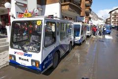 Elektrotaxis wachten op passagiers in Zermatt, Zwitserland Stock Foto's