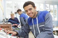 Elektrotechniekstudent die leertijd doen royalty-vrije stock fotografie