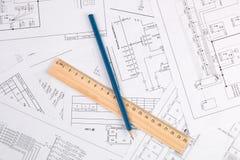 Elektroteknikteckningar, blyertspenna och linjal arkivfoton
