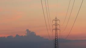 Elektrotoren met wolkenbeweging en zonsondergang stock video