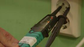 Elektrovoltagemeter, elektrische Contactdoosafzet stock video