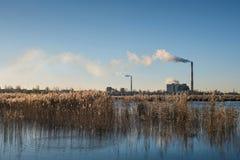 Elektrowni emisje po środku miasta Zdjęcie Royalty Free