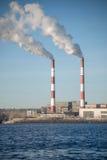 Elektrowni emisje po środku miasta Obrazy Royalty Free