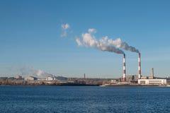 Elektrowni emisje po środku miasta Obraz Stock