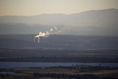 Elektrowni gór mgławy dzień Zdjęcia Royalty Free