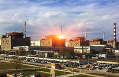 elektrowni nuklearnej władzy zmierzch Energia atomowa i environme Obraz Royalty Free
