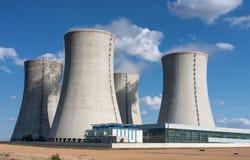 Elektrownia jądrowa, chłodnicza góruje przeciw niebieskiemu niebu Zdjęcia Stock