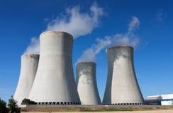 Elektrownia jądrowa, chłodnicza góruje przeciw niebieskiemu niebu Zdjęcia Royalty Free