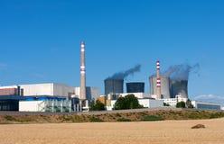 Elektrownia jądrowa, chłodnicza góruje przeciw niebieskiemu niebu Zdjęcie Royalty Free