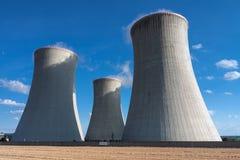 Elektrownia jądrowa, chłodnicza góruje przeciw niebieskiemu niebu Zdjęcie Stock