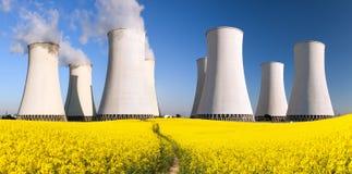 Elektrownia jądrowa, chłodniczy wierza, pole rapeseed Zdjęcia Royalty Free