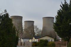 Elektrownia jądrowa góruje patrzeć nad lokalową nieruchomością Fotografia Royalty Free