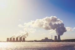 Elektrownia Jądrowa lub NPP, chmury gęsty dym, promieniotwórcza energia zdjęcie royalty free