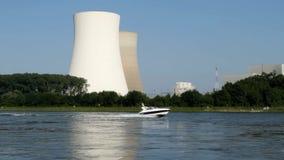 Elektrownia jądrowa przy rzeką zdjęcie wideo