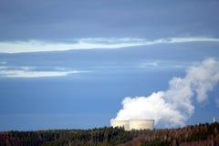 Elektrownia jądrowa w lesie zdjęcie royalty free