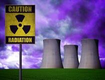 Elektrownia jądrowa z promieniotwórczość ostrzegawczym symbolem Zdjęcia Royalty Free