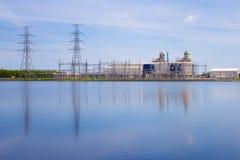 Elektrownia na niebieskiego nieba tle Zdjęcie Stock