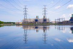 Elektrownia na niebieskiego nieba tle Zdjęcia Stock