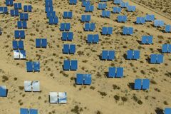 Elektrownia na słonecznych bateriach Źródło alternatywne energia jest panel słoneczny obraz royalty free