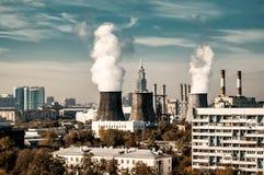 Elektrownia z chłodniczym góruje cityscape obraz stock