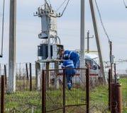 Elektrycy naprawiają elektrycznego transformator Remontowa drużyna na drodze fotografia royalty free