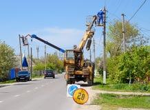 Elektrycy naprawiają linię energetyczną Pracownicy są locksmith elektrykami zdjęcie stock