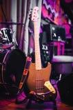 Elektryczna basowa gitara przy koncertem Zdjęcie Royalty Free