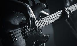 Elektryczna basowej gitary czarny i biały fotografia Fotografia Royalty Free