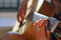elektryczna gitary gitarzysty ręka odizolowywający mężczyzna bawić się sześć smyczkowego biel Obrazy Stock