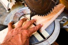 Elektryczna kurenda zobaczył tnącego drewno obrazy stock