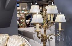 Elektryczna lampa w postaci brązowego candlestick Lampowy candlestick w klasycznym wnętrzu zdjęcie royalty free