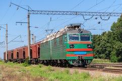 Elektryczna lokomotywa ciągnie zbożowego pociąg Zdjęcie Stock