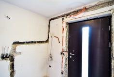 Elektryczna odświeżanie praca na starym domu instaluje nową władzę Lin Zdjęcia Royalty Free