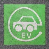 Elektryczna pojazd ładuje staci znaka farba na asfalcie obraz royalty free