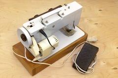 Elektryczna szwalna maszyna na drewnianej platformie, Zdjęcia Royalty Free