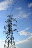 Elektryczna wysoka woltaż poczta z nieba tłem Zdjęcia Stock