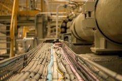 Elektryczne kablowe tace z kablami w przemysłowym miejscu obraz royalty free