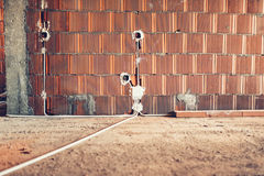 Elektryczne nasadki instalacyjne w ścianach przy domową budową Fotografia Stock