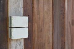 Elektryczne prymki wspinają się na drewnianych ścianach obraz stock