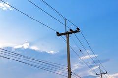 Elektryczne słup linie energetyczne, druty i Fotografia Royalty Free