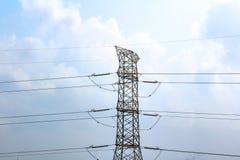 Elektryczne wysokie woltaż linie energetyczne przeciw niebieskiemu niebu, fotografia royalty free
