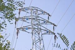 Elektrycznego filaru woltażu wysoki wierza nad niebieskim niebem Obrazy Stock
