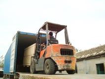 Elektrycznego Forklift Ładowniczy ładunki w zbiornika Fotografia Stock