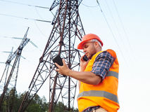 Elektrycznego inżyniera działanie Opowiadać na działaniu i telefonie dalej Zdjęcia Stock