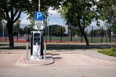 elektrycznego pojazdu samochodowa ładuje stacja w jawnym parking fotografia royalty free