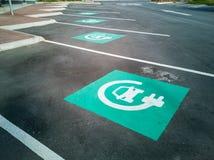 Elektrycznego samochodu punktu ładuje parking z błękitnymi znakami fotografia stock