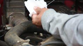 Elektrycznego silnika i mężczyzna wyposażenia pracująca naprawa na drewnianym podłogowym tle Tła wyposażenie lub mechanik zbiory wideo