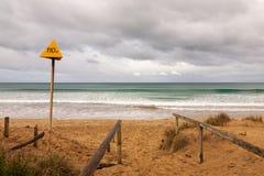 Elektrycznego zagrożenia znak ostrzegawczy przy plażą obraz stock