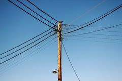 Elektrycznej władzy dystrybucja w Sifnos Cyclades wyspy, Grecja obraz stock